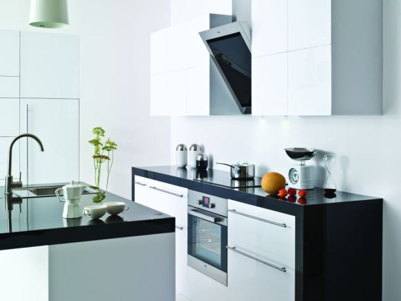 Kuchnia z wyspą wystrój nowoczesny w kolorze biały, czarn -> Kuchnia Z Okapem
